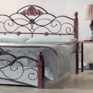 Кровать из дерева и металла.