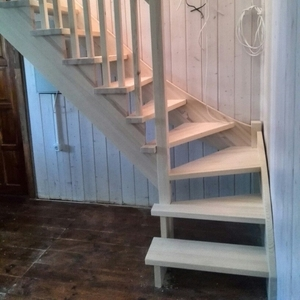 Лестница из массивп в коттедж любой сложности. Гарантия.Монтаж.Звоните
